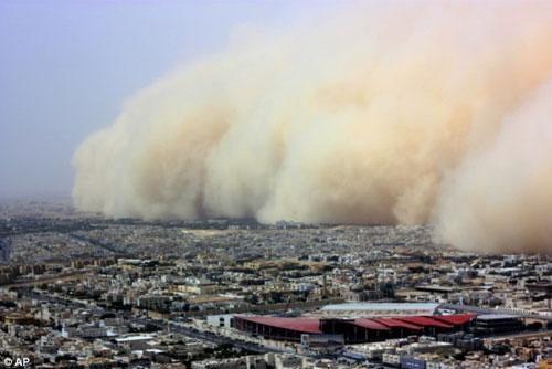 Скорость ветра превышала 60 километров в час, видимость снизилась до 150 метров.